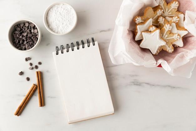 Płaski układ pysznych ciasteczek z miejsca na kopię
