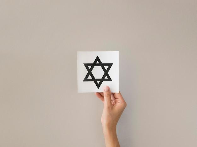 Płaski układ rąk trzymających symbol gwiazdy dawida