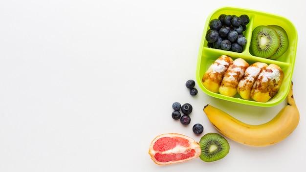 Płaski układ różnych potraw z miejscem na kopię