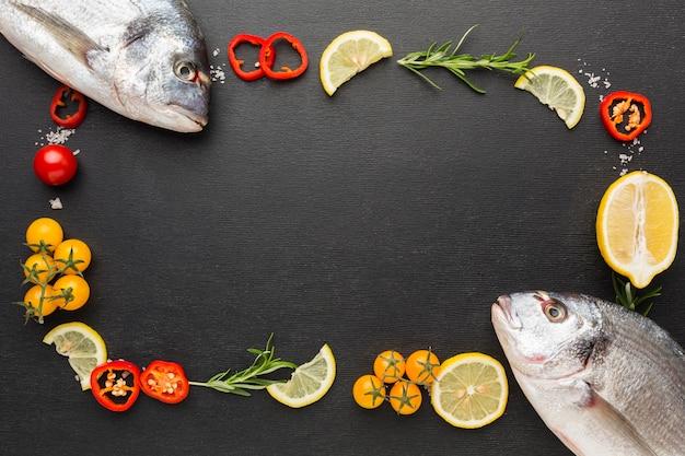 Płaski układ ryb i przypraw