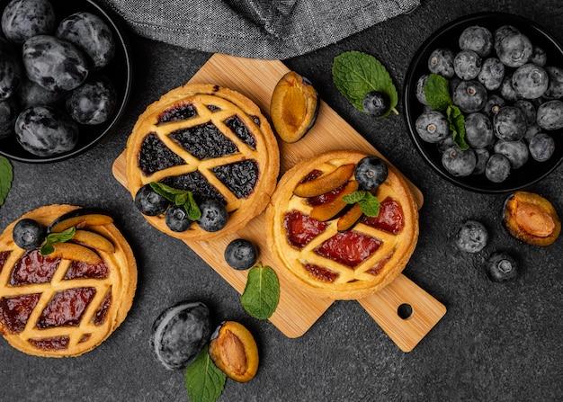 Płaski układ słodkich ciast z owocami