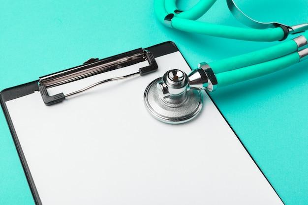 Płaski układ stetoskopu i pusta podkładka schowka