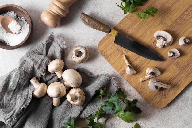 Płaski układ świeżych grzybów