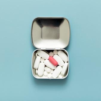 Płaski układ tabletek w metalowym pojemniku