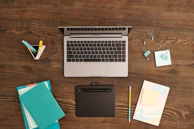 Płaski układ tabletu graficznego z rysikiem, laptopem, klipami i pinami