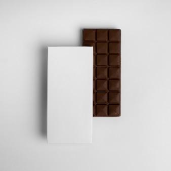 Płaski układ tabliczki czekolady z opakowaniem