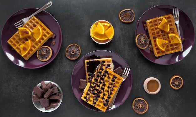 Płaski układ talerzy z goframi i czekoladą