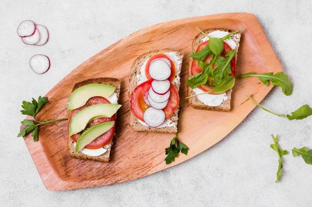 Płaski układ tostów z różnorodnymi warzywami