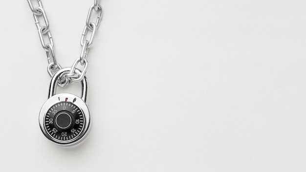 Płaski układ zamka na metalowym łańcuszku z miejsca na kopię