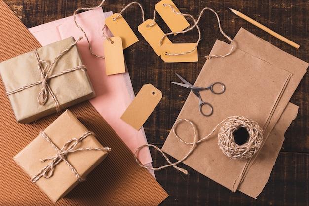 Płaski układ zapakowanych prezentów ze sznurkiem i nożyczkami