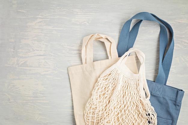 Płaski układ zestawu zero waste. zestaw ekologicznej bawełnianej torby wielokrotnego użytku. zrównoważony, etyczny, wolny od plastiku styl życia. widok z góry