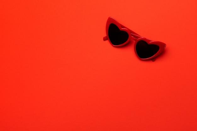 Płaski widok z góry minimalna kompozycja z okularami w kształcie serca