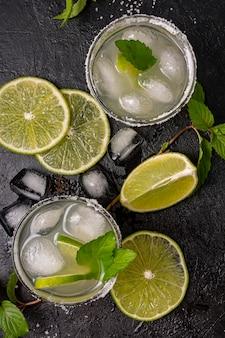 Płaski wyśmienity napój z limonką