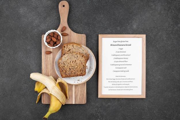 Płaski zdrowy chleb bananowy