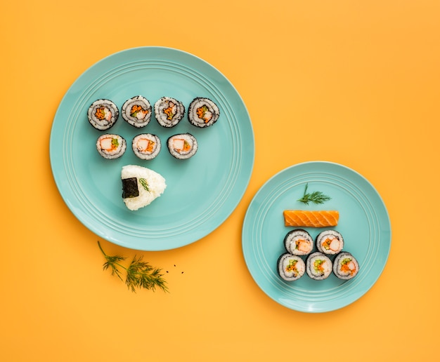 Płaski zestaw asortymentu sushi