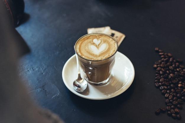 Płaskie białe ze sztuką caffe