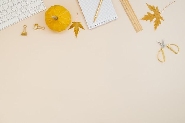 Płaskie biurko do domowego biura freelancer lub bloger w miejscu pracy z żółtymi dyniami komputerowymi