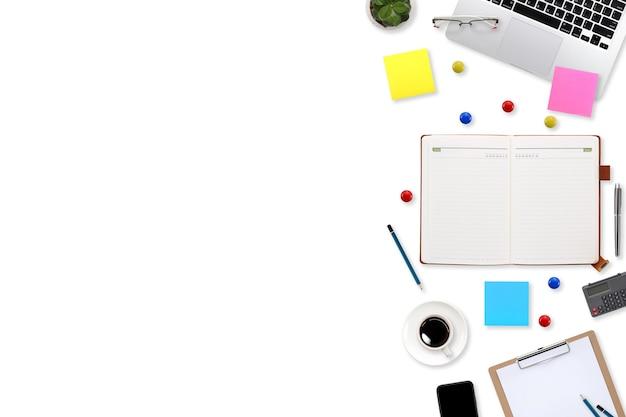 Płaskie biurko stół roboczy z laptopem, artykułami biurowymi, filiżanką kawy, tabletem i smartfonem mobilnym na białym tle