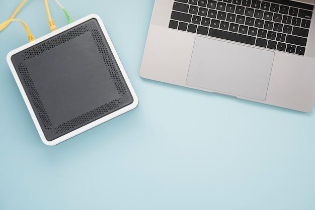 Płaskie biurko z laptopem i routerem bezprzewodowym