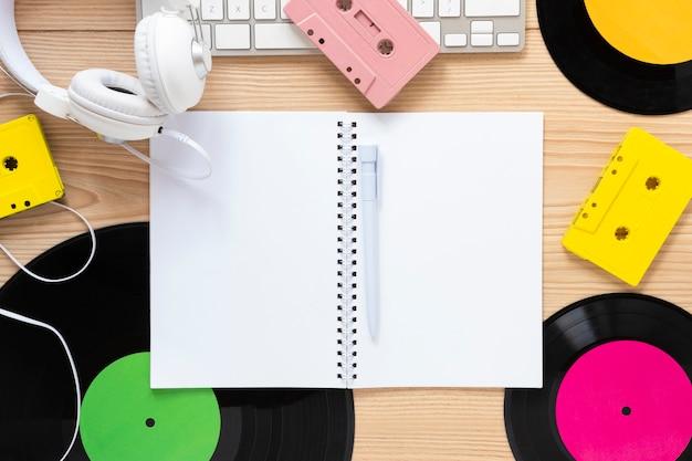 Płaskie biurko z motywem muzycznym