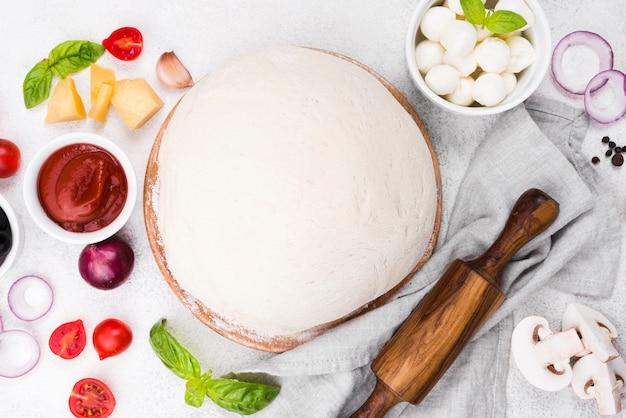Płaskie ciasto do pizzy z warzywami