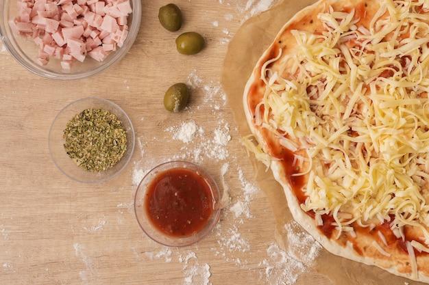 Płaskie ciasto do pizzy ze składnikami