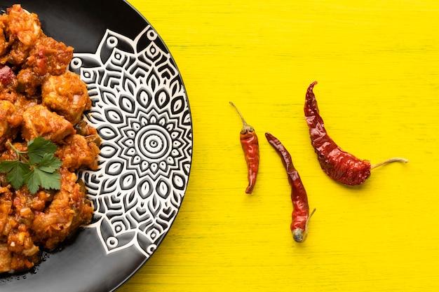 Płaskie indyjskie jedzenie i papryka