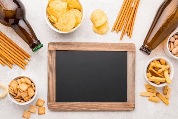 Płaskie jedzenie i piwo z tablicą