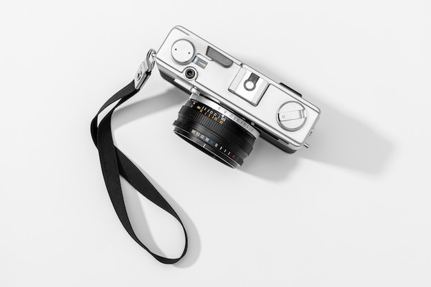 Płaskie kamery leżącej na białym tle. miejsce