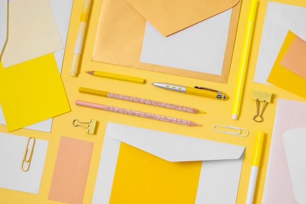 Płaskie koperty i układ długopisów