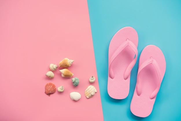 Płaskie lay design koncepcji podróży z różowym sandałem i muszli