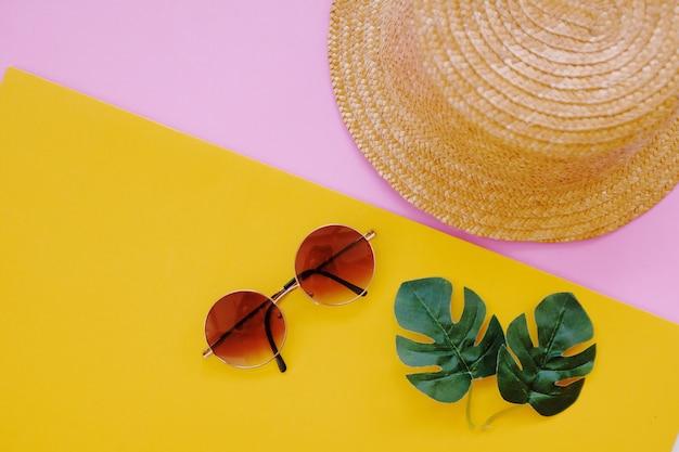 Płaskie lay minimalne akcesoria elementy na lato na kolorowe tło.