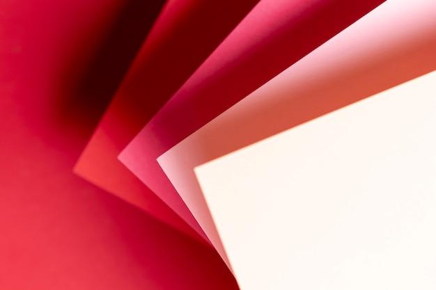 Płaskie lay odcienie czerwonych papierów z bliska