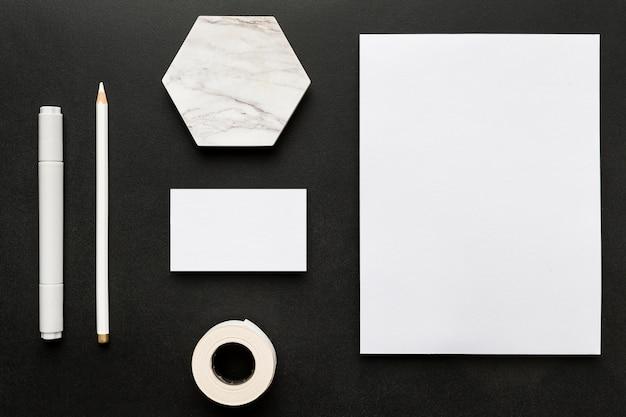 Płaskie leżące dokumenty miejsca do kopiowania i artykuły papiernicze na biurko