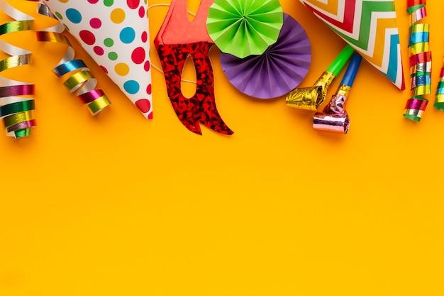 Płaskie leżące kolorowe maski i dekoracje kopiują przestrzeń