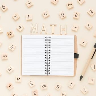 Płaskie leżące numery matematyki i nauki scrabble z notebookiem
