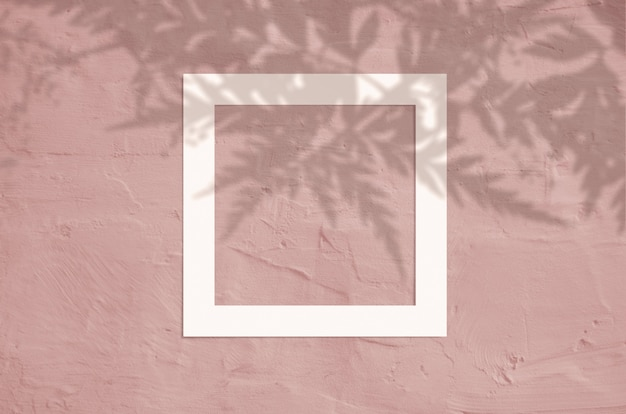 Płaskie leżał widok z góry kreatywnych lato z ramki papieru i tropikalny liści