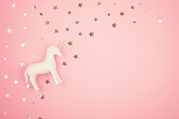Płaskie leżało z białym jednorożcem i gwiazdami