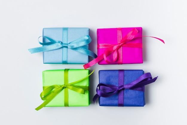 Płaskie leżały kolorowe prezenty urodzinowe