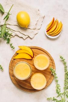 Płaskie leżały orzeźwiające koktajle mango