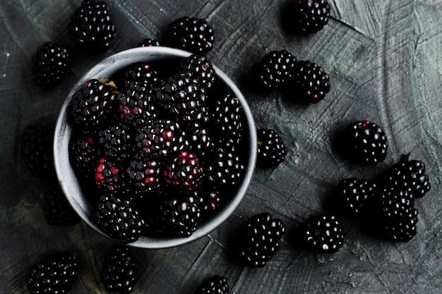 Płaskie leżały owoce czarnego lasu w misce