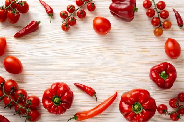 Płaskie leżały pyszne czerwone warzywa ramki