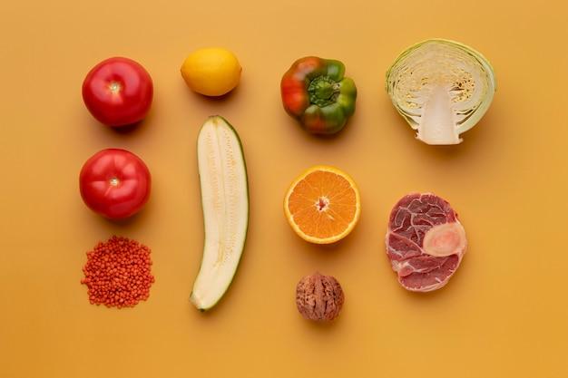 Płaskie leżały pyszne warzywa i owoce