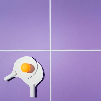 Płaskie leżały wiosła do badmintona na fioletowym tle