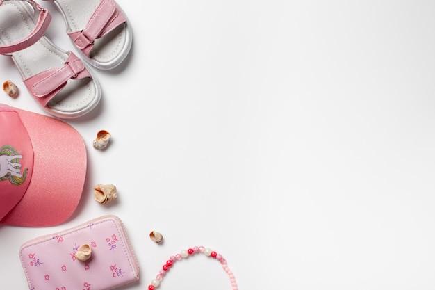 Płaskie leżały z letnimi dodatkami akcesoria dziewczęce różowe sandały i czapka