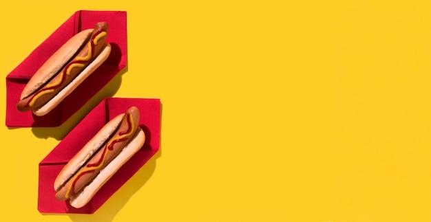 Płaskie miejsce kopiowania pysznych hot-dogów