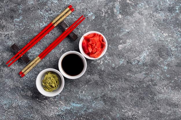 Płaskie miski imbirowe wasabi i sos sojowy z miejsca kopiowania