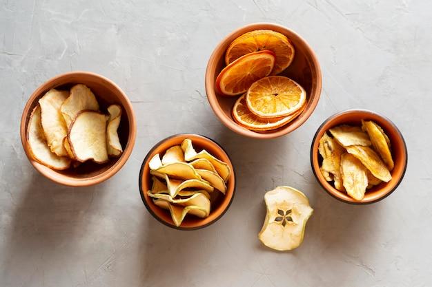 Płaskie miski z suszonymi owocami