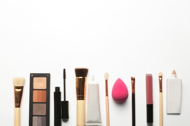 Płaskie nakładanie palety cieni do powiek, szminki w płynie i podkładu do makijażu