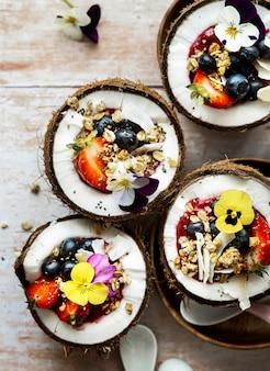 Płaskie owoce i ziarna w tropikalnym klimacie łupin orzecha kokosowego